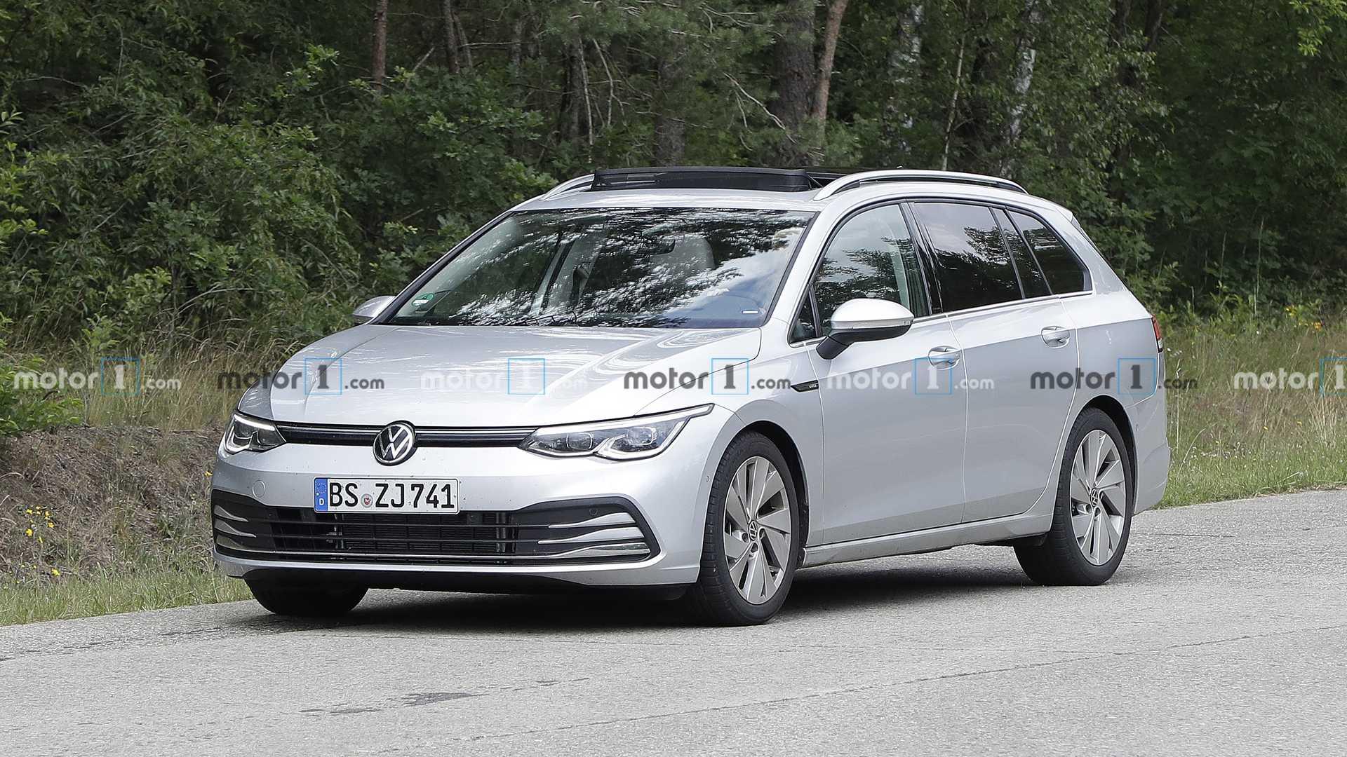 FormaCar: Volkswagen Golf R estate/wagon caught running around naked