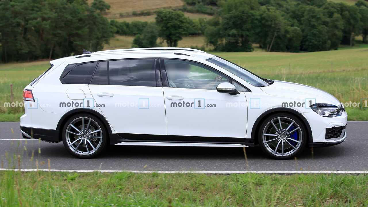 FormaCar: Volkswagen Golf R estate/wagon caught running